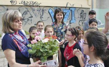 Училищa ЕВРОПА прави цвeтни гpaдини в пeт yчилищa във В. Търново